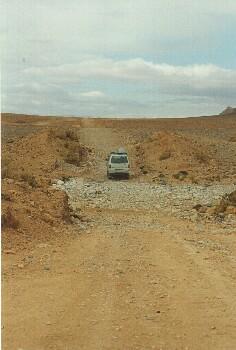 Qued Durchfahrt auf der Piste zwischen Mengoub und Boudnib