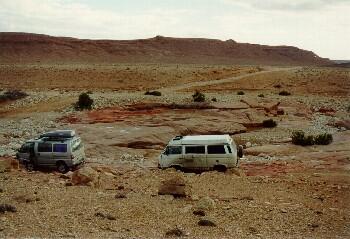 Ausgewaschene rote Steinplatten im Qued