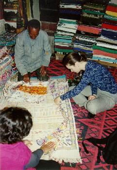 Beim Teppichkauf im Laden auf dem Campingplatz