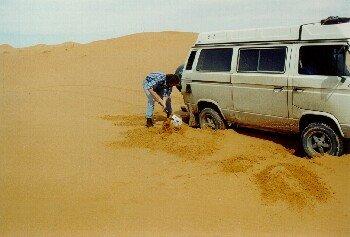 Michael demonstriert am Syncro das Bergen im Sand