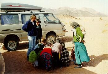 Heftige Verhandlungen um eine Packung gezuckerte Cornflakes mit Berberkindern