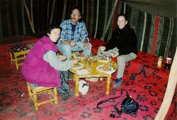 Auf dem Camping von Jussef kurz vor M'hamid beim sehr leckeren Abendessen im Berberzelt