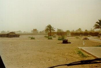 Der Campingplatz am nächsten Morgen im beginnenden Sandsturm